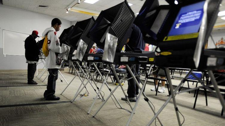 Des électeurs dans un bureau de vote de Las Vegas (Nevada), le 6 novembre 2012. (DAVID BBECKER / GETTY IMAGES NORTH AMERICA / AFP)