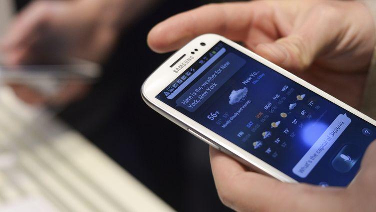 Le smartphone Samsung Galaxy SIII présenté à Londres, le 3 mai 2012. (KI PRICE / REUTERS)