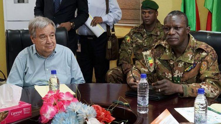 Le général malien Didier Dacko (D), commandant jusque là de la force du G5-Sahel, recevant à Sévaré le 29 mai 2018 le Secrétaire général de l'ONU Antonio Guterres, venu apporter son soutien aux forces de maintien de la paix de l'ONU. (SEBASTIEN RIEUSSEC/AFP)