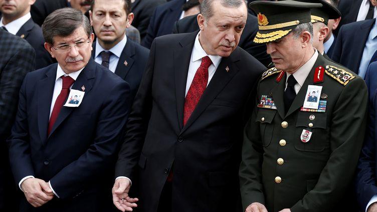 Le Premier ministre turc,Ahmet Davutoglu, leprésidentRecep Tayyip Erdogan et le généralHulusi Akar, le 17 février 2016, après l'attentat contre un convoi militaire à Ankara (Turquie). (AYKUT UNLUPINAR / ANADOLU AGENCY / AFP)