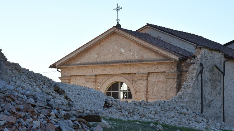 Un mur effondré à Norcia (Italie), après un séisme de magnitude 6,6, le 30 octobre 2016. (ALBERTO PIZZOLI / AFP)