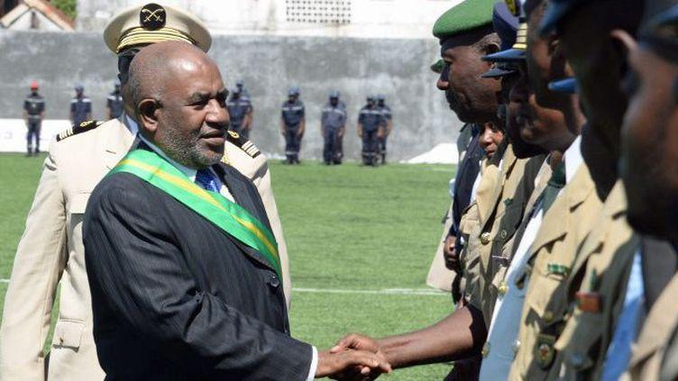 Le président des Comores, Azali Assoumani, salue des militaires et des policiers à Moroni le jour de son intronisation, le 26 mai 2016. (AFP - WEN HAO / NURPHOTO)