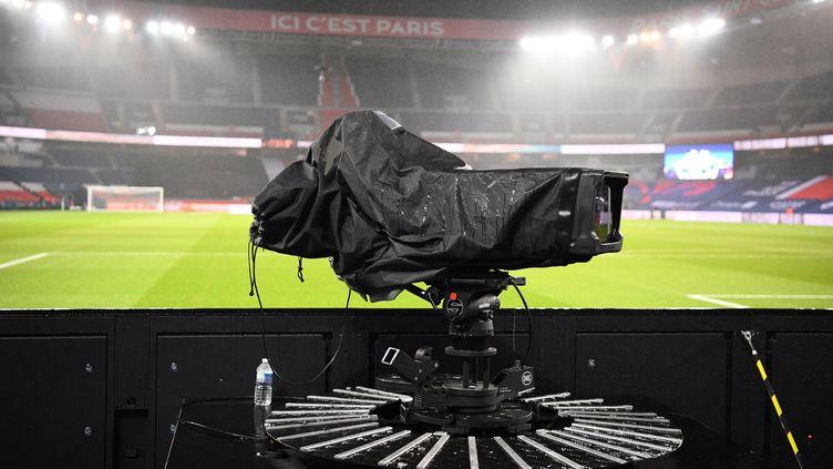 Une caméra du groupe Mediapro lors du match deLigue 1 entre le Paris Saint-Germain (PSG) et Lyon (OL), le 13 décembre 2020 au Parc des Princes à Paris. (FRANCK FIFE / AFP)