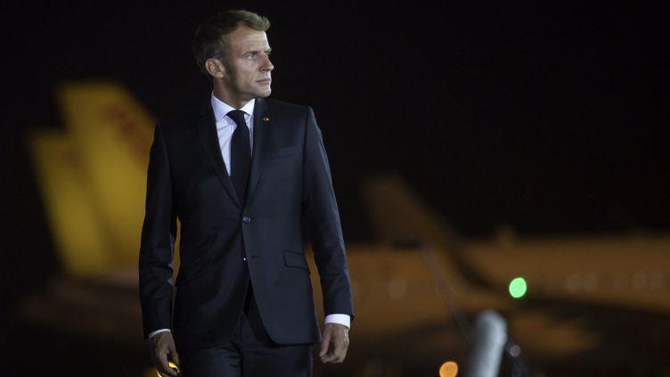 Emmanuel Macron, le 29 août 2021, à l'aéroport d'Erbil, en Irak. (AHSAN MOHAMMED AHMED AHMED / ANADOLU AGENCY / AFP)
