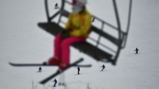 Vacances au ski (illustration). (CHARLY TRIBALLEAU / AFP)
