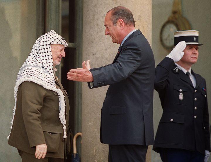 Jacques Chirac accueille Yasser Arafat à l'Elysée le 23 mai 2001. (MANOOCHER DEGHATI / AFP)