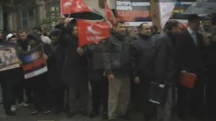 Manifestation devant l'ambassade de France à Ankara (Turquie) - vendredi 23 décembre 2011 (APTN et Reuters)
