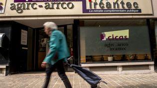 Une personne passe devant une agence de retraite complémentaireAgirc-Arrco et Ircantec, à Lille (Nord), le 29 mai 2015. (PHILIPPE HUGUEN / AFP)