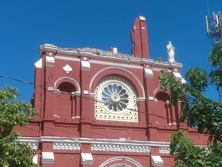 La cathédrale Saint-Louis-Roi-de-France de Jérémie en partie détruite par le séisme survenu le 14 août 2021 à Haïti. (STRINGER / ANADOLU AGENCY / AFP)