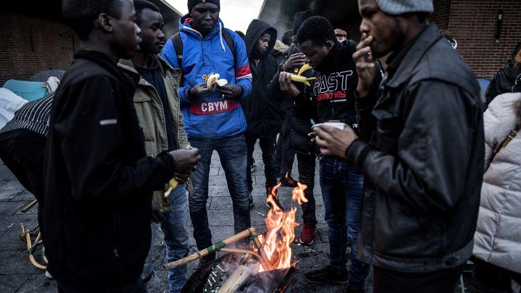 Des migrants à Saint-Denis (Seine-Saint-Denis), le 10 janvier 2019. (CHRISTOPHE ARCHAMBAULT / AFP)