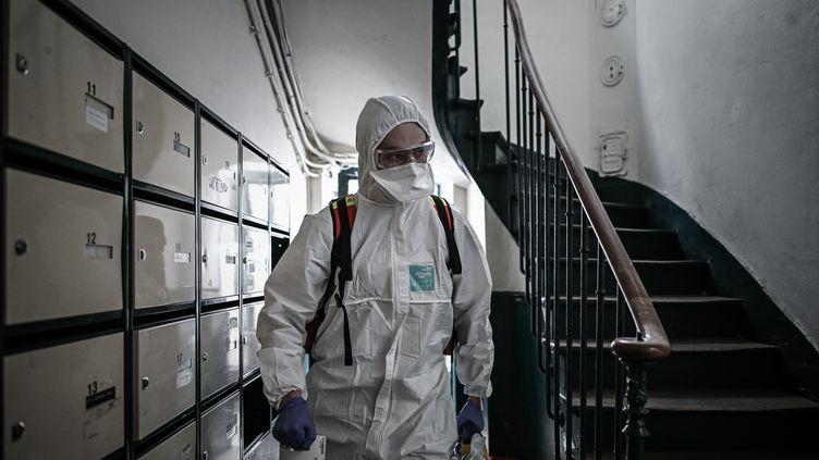 Un volontaire de la Croix-Rouge se rend chez une femmequi a des symptômes du Covid-19, le 5 mai 2020 à Paris. (illustration) (PHILIPPE LOPEZ / AFP)