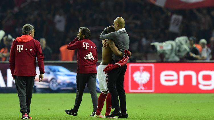 Le baiser d'adieu de Pep Guardiola au Bayern Munich (TOBIAS SCHWARZ / AFP)