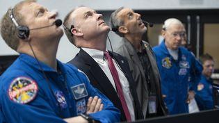 Des responsables de la NASA observent le lancement de la fusée SpaceX Falcon 9, avec à son bord la capsule Crew Dragon, le 2 mars 2019 au Kennedy Space Center (Etats-Unis). (JOEL KOWSKY / NASA / AFP)
