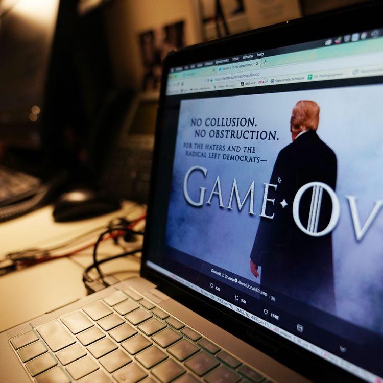"""Jeudi 18 avril, Donald Trump a tweeté un montage le représentant et empruntant aux codes de la série télévisée, """"Game of Thrones"""". """"No collusion, no obstruction"""" peut-on lire, en référence aux conclusions du rapport Mueller. (MANDEL NGAN / AFP)"""