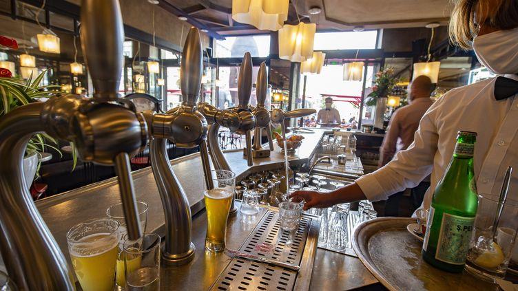 Dans le café-restaurant Le Régent à Bordeaux, le 2 juin 2020 (photo d'illustration). (CB / EPA)