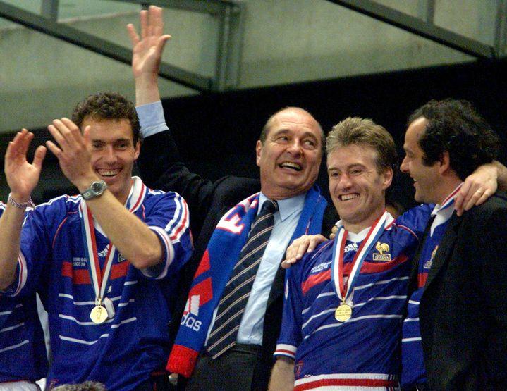 Jacques Chirac savoure la victoire des Bleus lors de la Coupe du monde1998, aux côtés de Laurent Blanc (à gauche), Didier Deschamps (à droite) et Michel Platini. (REUTERS)