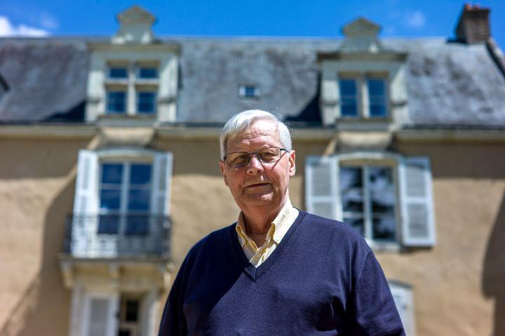 Michel Gavouyère, ancien adjoint au maire, et retraité de l'industrie automobile, àChantenay-Villedieu (Sarthe) en mai 2017. (MATTHIEU MONDOLONI / RADIO FRANCE)