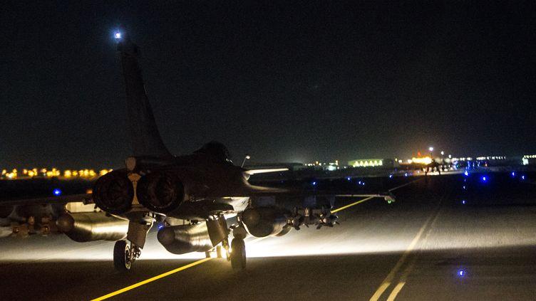 Image fournie par le ministère de la Défense d'un Rafale de l'armée française décollant le 15 novembre 2015 des Emirats arabes unis pour bombarder Raqqa, en Syrie. (ECPAD/ AFP)