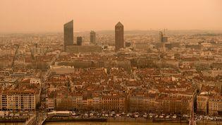 Le ciel de Lyon a été complètement jauni après un épisode de poussières désertiques venu du Sahara, le 6 février 2021. (MAXPPP)