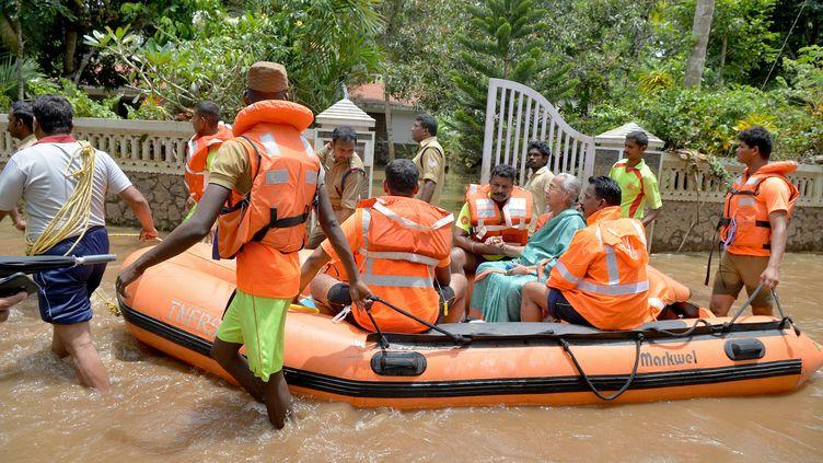 Des secouristes interviennent à Annamanada,dans l'Etat du Kerala (Inde), le 19 août 2018. (MANJUNATH KIRAN / AFP)