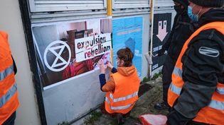 Des activistes d'Extinction Rebellion collent des affiches à Lille (Nord) pour protester contre le mal-logement, le 27 mars 2021. (QUENTIN SAISON / HANS LUCAS / AFP)