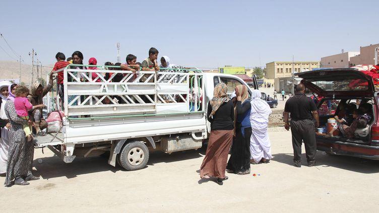 Des familles déplacées fuient les violences à Sinjar (Irak), le 4 août 2014. (ARI JALA / REUTERS)