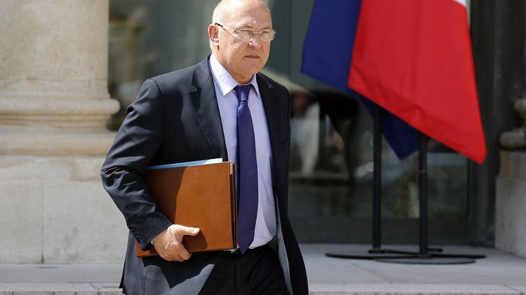 Le ministre du Travail, Michel Sapin dans la cour de l'Elysée, le 2 août 2013, à la sortie du Conseil des ministres (Paris). (BENOIT TESSIER / REUTERS)