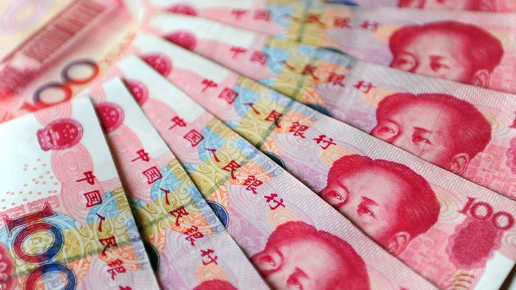 Des billets de 100 yuan de la Banque populaire de Chine. (FREDERIC J. BROWN / AFP)