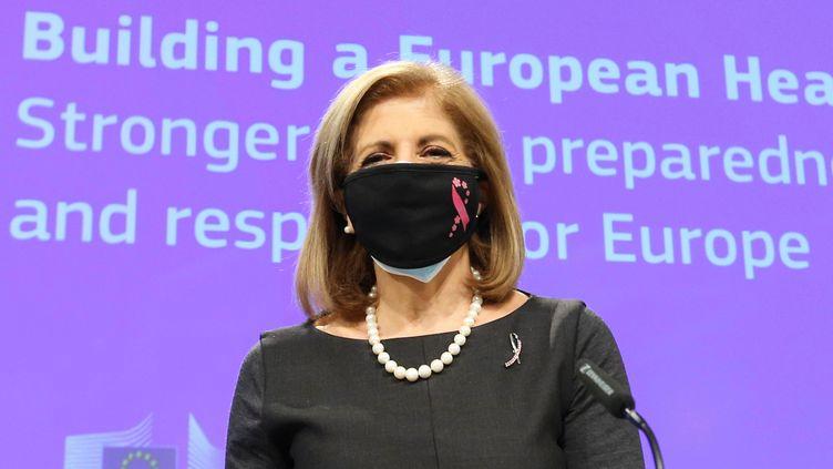La commissaire européenne à la Santé, Stella Kyriakides, durant une conférence de presse à Bruxelles, le 11 novembre 2020. (DURSUN AYDEMIR / ANADOLU AGENCY / AFP)