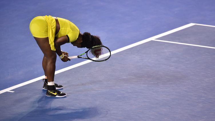 Serena Williams, lors de la finale de l'Open d'Australie face à Angelique Kerber. (PETER PARKS / AFP)