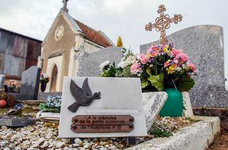 """La tombe de la """"martyre de l'A10"""", le 6 février 2007 à Suèvres (Loir-et-Cher). (MAXPPP)"""