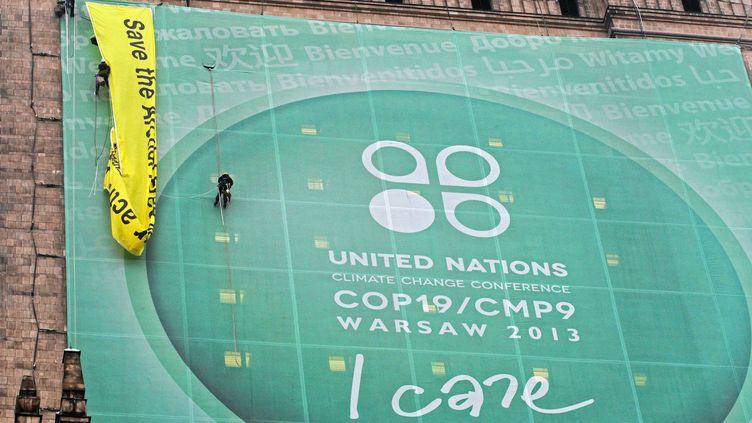 Des militants de Greenpeace sont délogés par la police sur un monument de Varsovie (Pologne), le21 novembre 2013. (AGENCJA GAZETA / REUTERS )