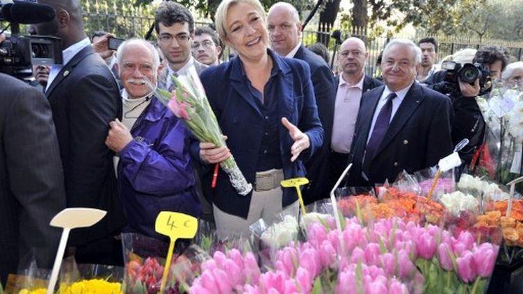 Marine Le Pen visite un marché dans le sud de Nice, le 31 mars 2012. (AFP - Boris Horvat)