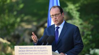 François Hollande  lors d'un point de presse à La Celle Saint Cloud (Yvelines), le 25 août 2016 (STEPHANE DE SAKUTIN / AFP)