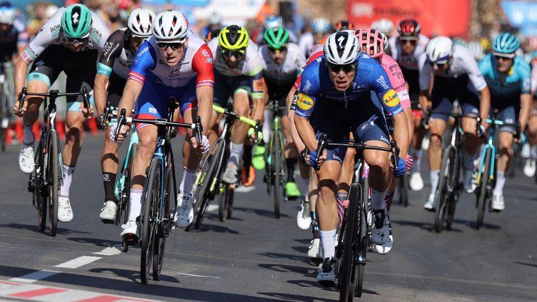 Fabio Jakobsen (à droite) à la lutte avec Arnaud Démare dans le final de la 4e étape du Tour d'Espagne, le 17 août 2021. (MANUEL BRUQUE / EFE / MAXPPP)