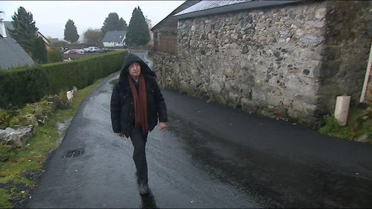 Pierre Birnbaum dans les rues d'Omex, le village où il fut cachée enfant chez des Justes. (E. Fillon / France Télévisions)