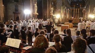 Lechef de département de musique sacrée médiévale, Sylvain Dieudonné, lors d'un concertdonné à Saint-Sulpice après l'incendie de Notre-Dame, le 18 avril 2019. Il a depuis été licencié de laMaîtrise de Notre-Dame de Paris. (JACQUES DEMARTHON / AFP)