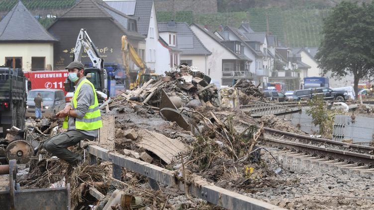 Un homme est assis devant les débris causés par les inondations à Dernau,enRhénanie-Palatinat (Allemagne),le 22 juillet 2021. (CHRISTOF STACHE / AFP)