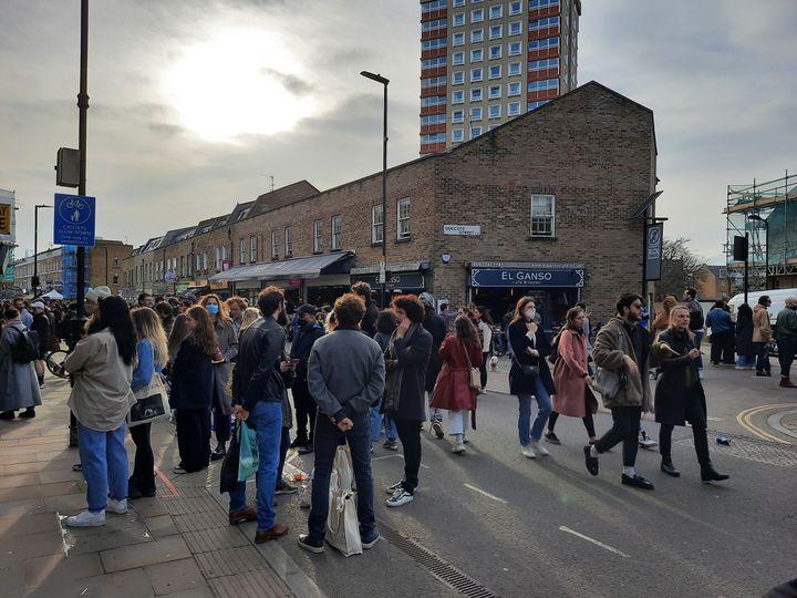 Le confinement n'empêche pas les Londoniens de sortir de chez eux, ici dans l'est de la capitale, en février 2021. (RICHARD PLACE / RADIO FRANCE)
