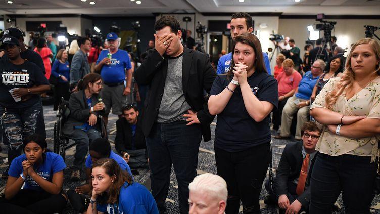 """Des supporters du démocrate Bill Nelson attendent les résultats des """"midterms"""" à Orlando (Floride, Etats-Unis), le 6 novembre 2018. (JEFF J MITCHELL / GETTY IMAGES / AFP)"""