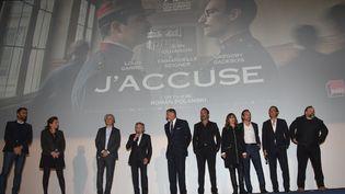"""L'équipe du film """"J'accuse"""" autour de Roman Polanski (au centre) lors de l'avant-première sur les Champs-Elysées le 12 novembre 2019. (VSPRESS/SIPA /  )"""