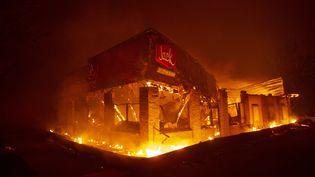 """Un restaurant de Paradise en proie aux flammes qui ravagent cetteville de 26000 habitants au nord de Sacramento. Elle a été partiellement détruitepar l'incendie baptisé """"Camp Fire"""". (JOSH EDELSON / AFP)"""
