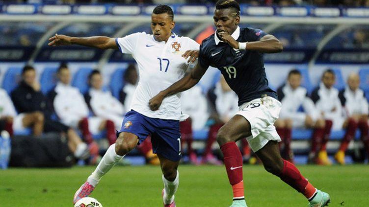 Nani à la lutte avec Paul Pogba lors de France-Portugal (JEAN MARIE HERVIO / DPPI MEDIA)