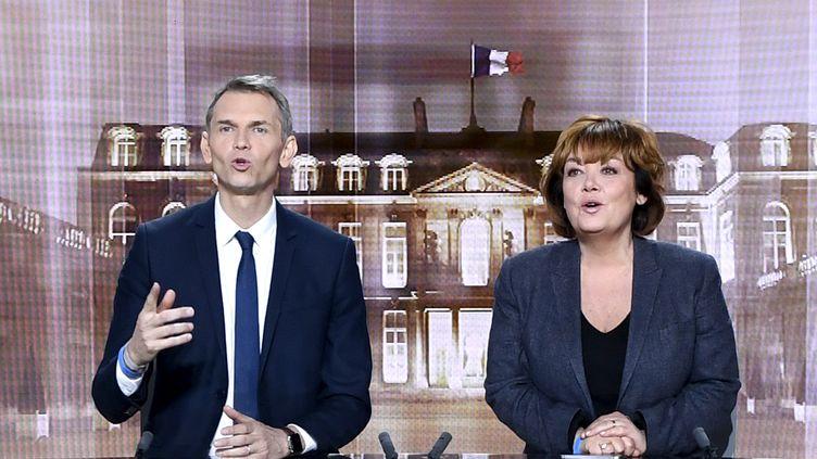 Christophe Jakubyszyn etNathalie Saint-Cricq, lors du débat de l'entre-deux-tours de l'élection présidentielle, le 2 mai 2017. (ERIC FEFERBERG / AFP)