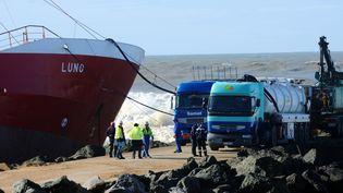 Opérations de pompage du carburant de l'épave du cargo espagnol, qui s'est échoué à Anglet (Pyrénées-Atlantiques), le 7 février 2014. (GAIZKA IROZ / AFP)