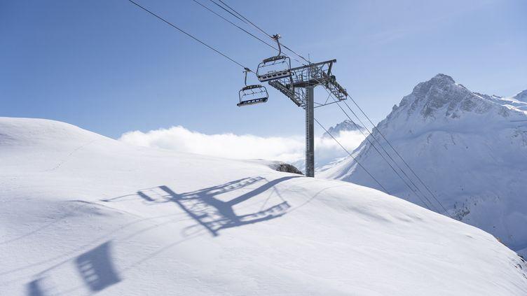 Des remontées mécaniques sont à l'arrêt à Tignes (Savoie), le 17 février 2021. (LAURE BOYER / HANS LUCAS / AFP)