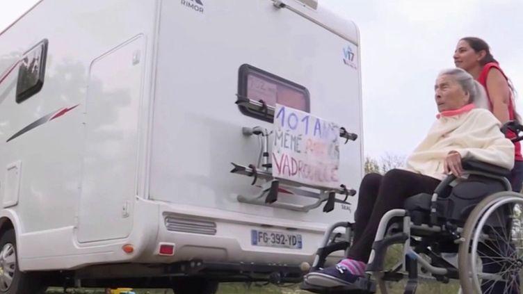 Voyant sa grand-mère mourante dans son Ehpad, sa petite-fille, Fiona, l'a embarquée à bord d'un camping-car pour une série de voyages inoubliable. Elle a aujourd'hui décidé de raconter son histoire dans un livre. (CAPTURE D'ÉCRAN FRANCE 3)