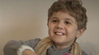 Hugo a 10 ans, il souffre d'unemyopathie deDuchenne.Son courage et sajoie devivre forgent l'admiration.Portrait d'un petit garçon qui veut devenir chanteur. (FRANCE 2)