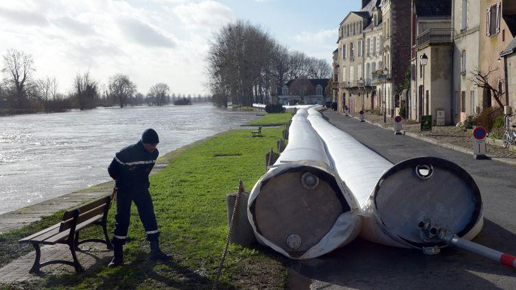 A Redon (Ille-et-Vilaine), des barrages ont été déployés, vendredi 7 février, pour protéger les habitations des crues. (DAMIEN MEYER / AFP)