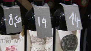 Et si le prix d'un vin n'avait rien à voir avec sa qualité ? De nombreux Français se rendent de plus en plus fréquemment chez des cavistes et producteurs afin d'obtenir leur vin. Avec la possibilité de se faire plaisir à petit prix. (France 2)